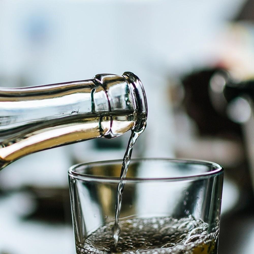 Essig und ein Trinkglas