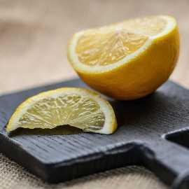 Zitronenscheiben auf Schneidebrett für fruchtigen Badreiniger