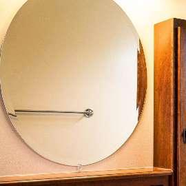 Badezimmerspiegel gereinigt mit nachhaltiger Schuermilch